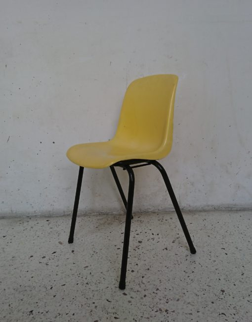 chaise enfant coque plastique jaune années 70 mr hatttimer brocante vintage limoges