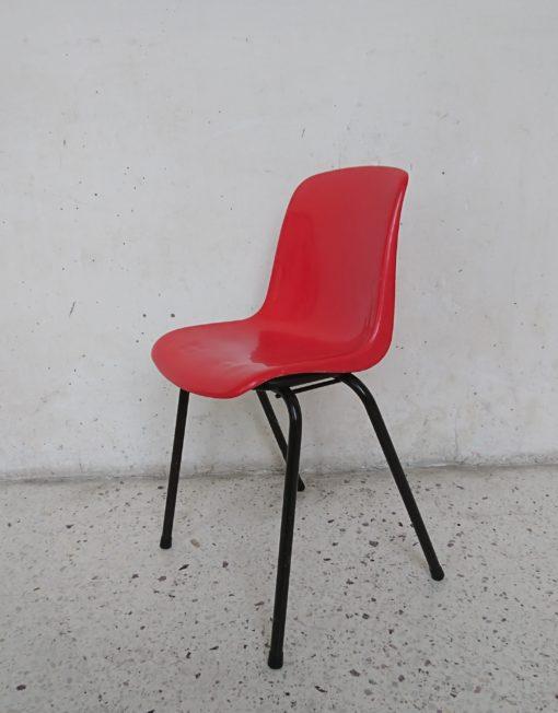 chaise enfant coque plastique rouge années 70 mr hatttimer brocante vintage limoges